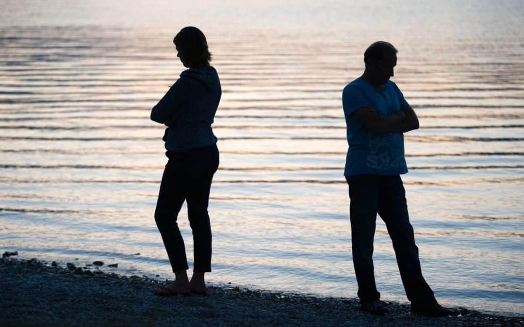 Rozpadá se potichu vaše manželství? Čtyři znamení, které bijí na poplach (a jak odcizení zastavit)