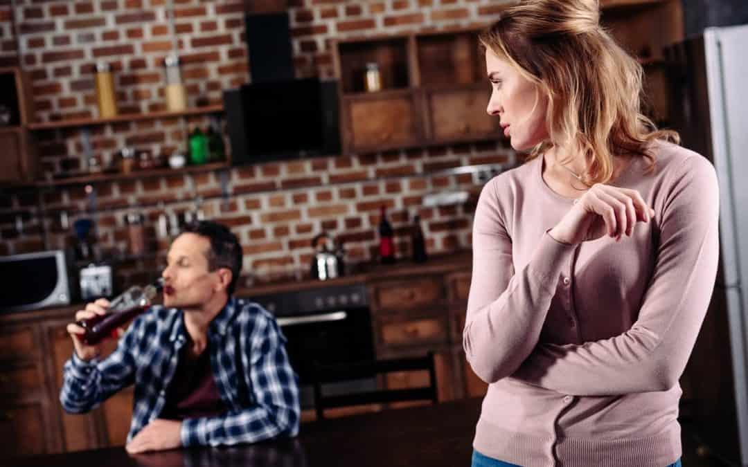 Vztahová poradna: Opilý manžel naboural, napadl mě, má podmínku… mám ho nechat bydlet doma?