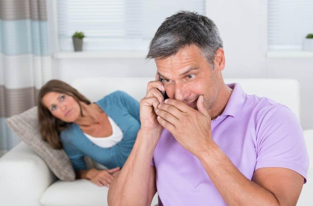 Vztahová poradna: Přistihla jsem manžela s jinou ženou a nedokážu mu teď věřit