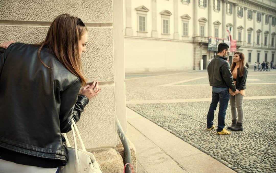 Vztahová poradna: Plánujeme společný život, ale přítel mi každý víkend zahýbá